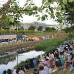 川を挟んだ野外ステージと観客席